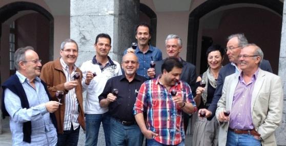 Les membres fondateurs souhaitent la bienvenue au nouveau comité devant l'Hôtel de Ville de Saint-Maurice.